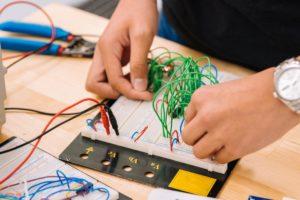 Ką žmonės dirba visą dieną elektros ir elektronikos įmonėse?